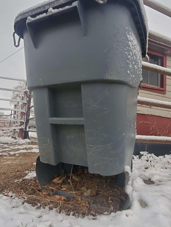 DIY-garbage-bin-slow-feeder